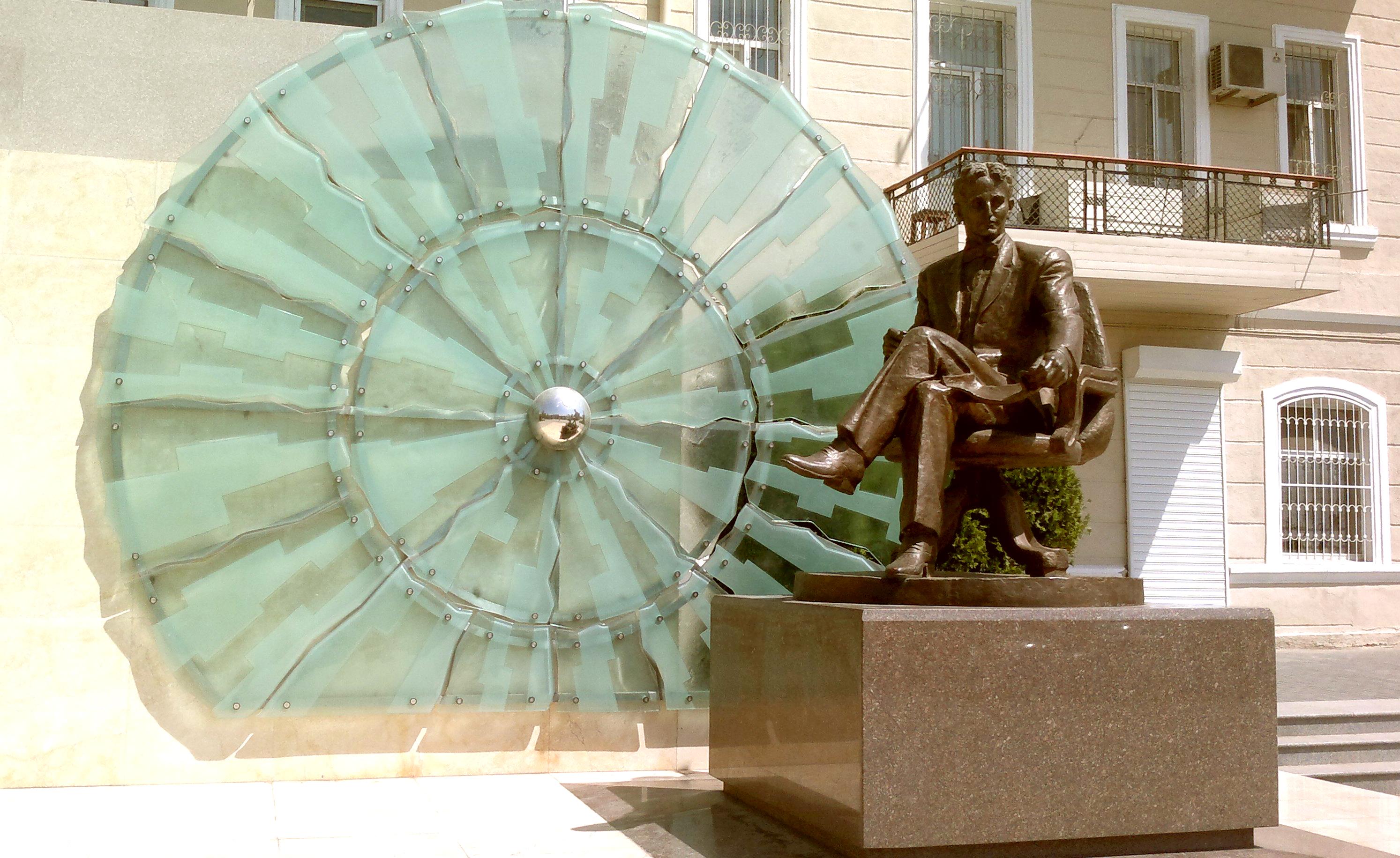 5 памятников Баку: от Моцарта до Теслы